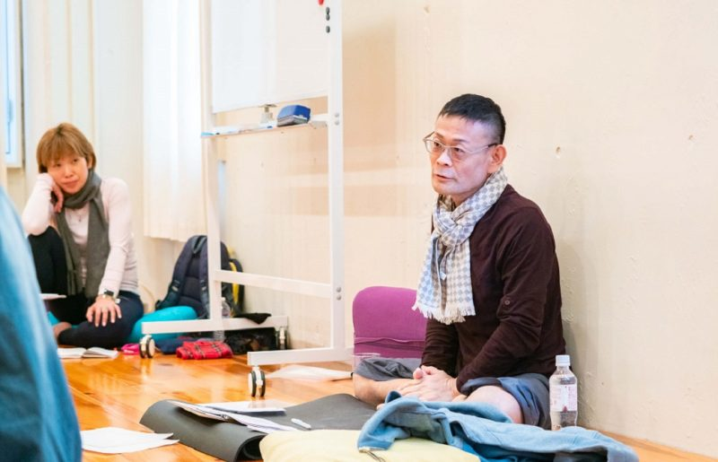 あぐらで座り講義をしている内田かつのり先生