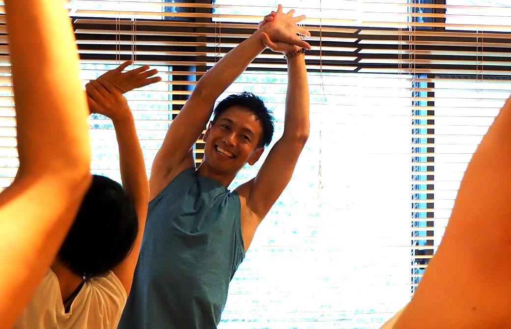 両手を上げる浅野先生