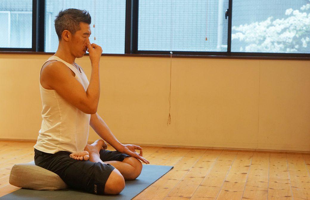 中島正明先生がスタジオで呼吸法を実践している