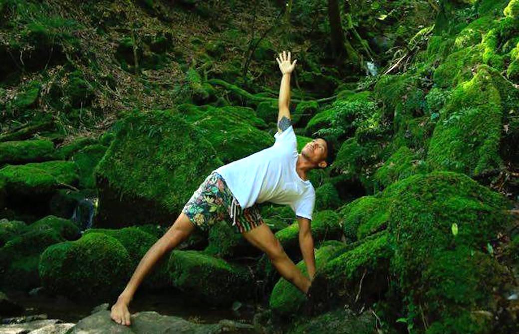 山本俊朗、森の中でトリコナアサナ