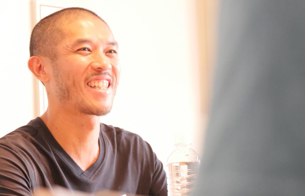 佐藤ゴウ先生が人間力を高める講座で笑顔でお話されている様子