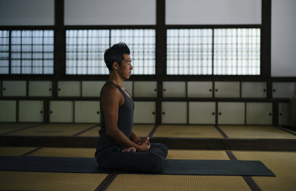中島正明が畳の部屋で瞑想をしている