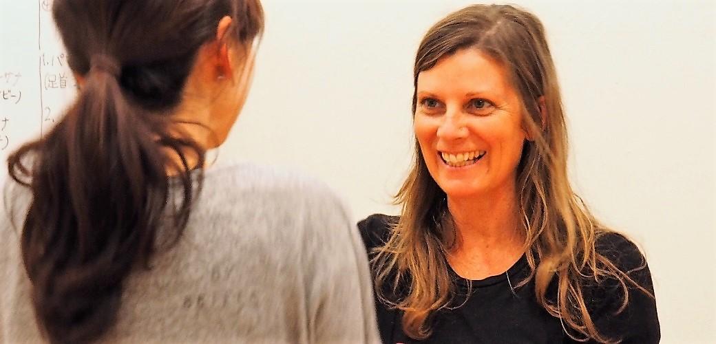 女性と笑顔で談笑するエマ・グラント先生