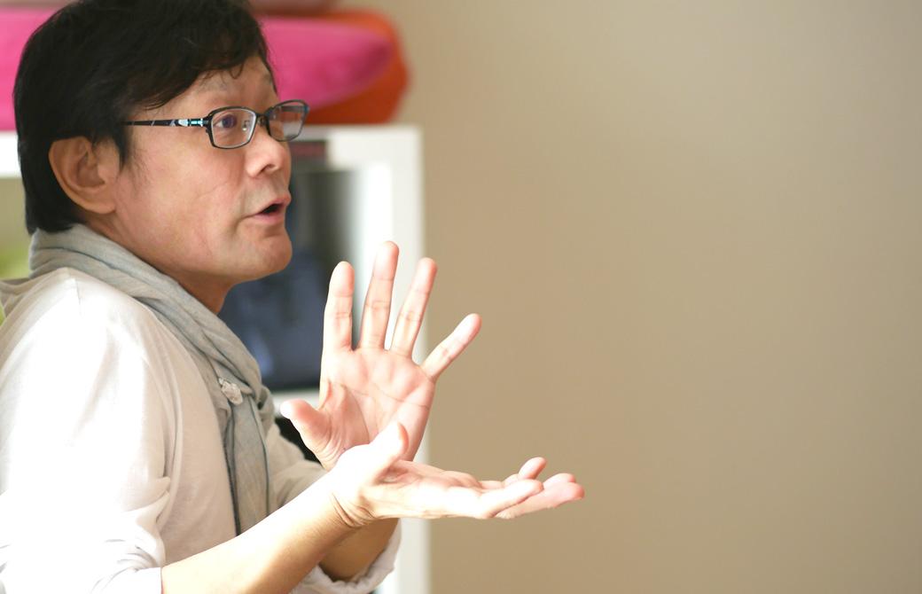 ヨガ講師内田かつのりが身振り手振りを使って説明している様子