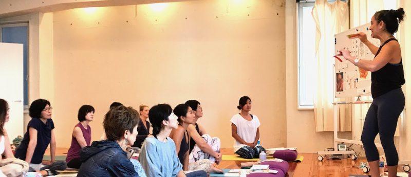 生徒に身振り手振りで講義をするキャシーと、真剣に楽しく聞くたくさんの生徒