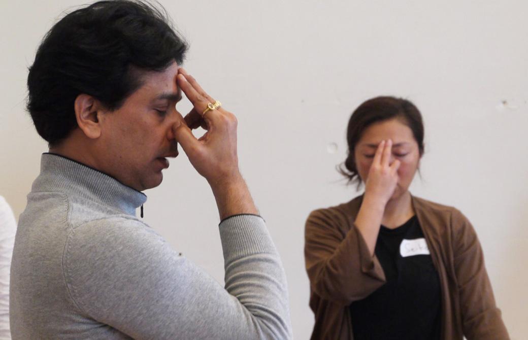 ヨガの呼吸法を実践するクリシュナ・グルジと生徒