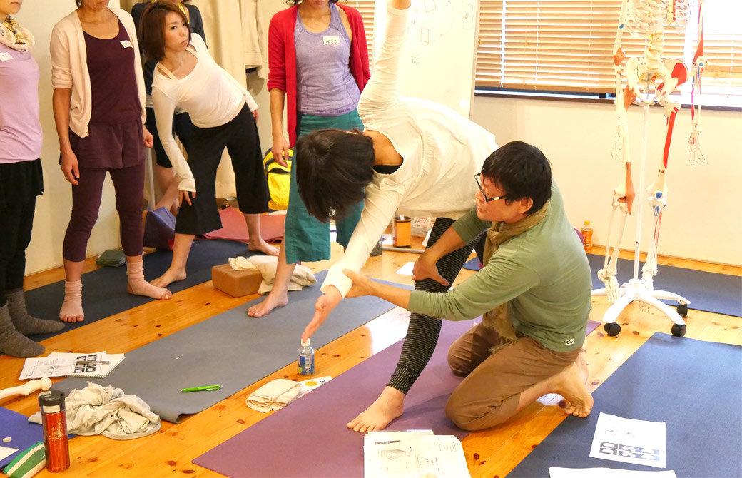 内田かつのりヨガ解剖学講座膝関節セラピーの様子。トリコナアサナの膝の扱いを説明している様子