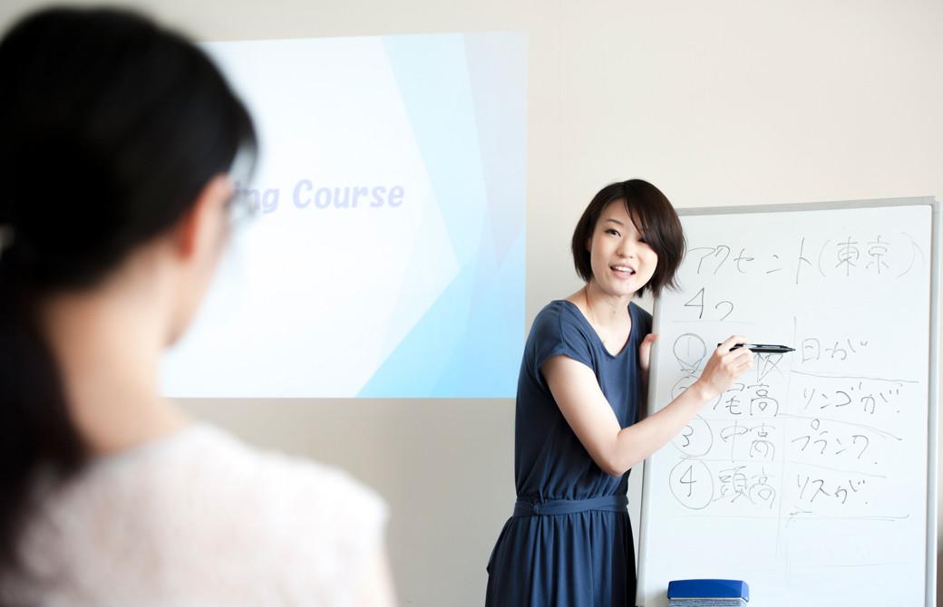 高橋淳子先生の声・話し方をテーマにしたスキルアップヨガ講座。ホワイトボードを使用して説明している先生