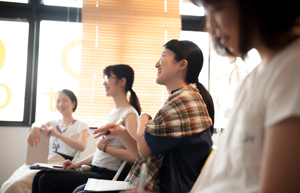 高橋淳子先生の声・話し方をテーマにしたスキルアップヨガ講座。生徒さんの笑顔の写真