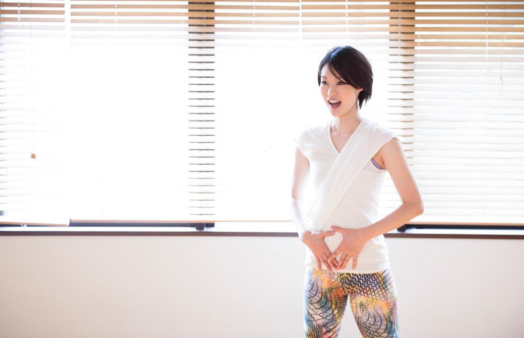 高橋淳子先生の声・話し方をテーマにしたスキルアップヨガ講座。腹式呼吸をしている先生