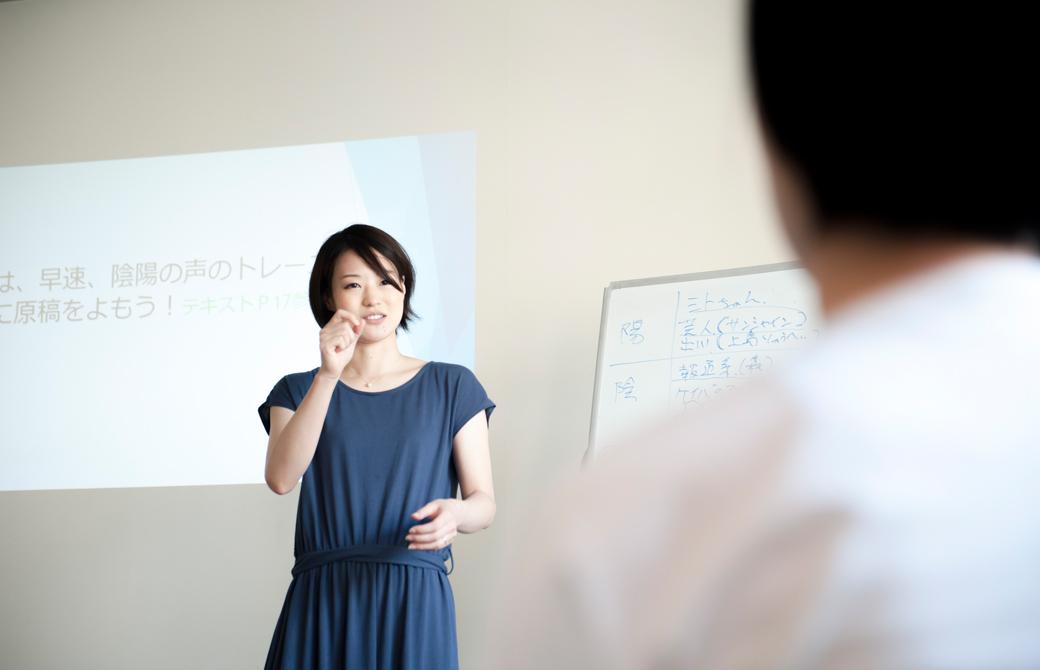 高橋淳子先生が生徒さんにアドバイスをしている様子