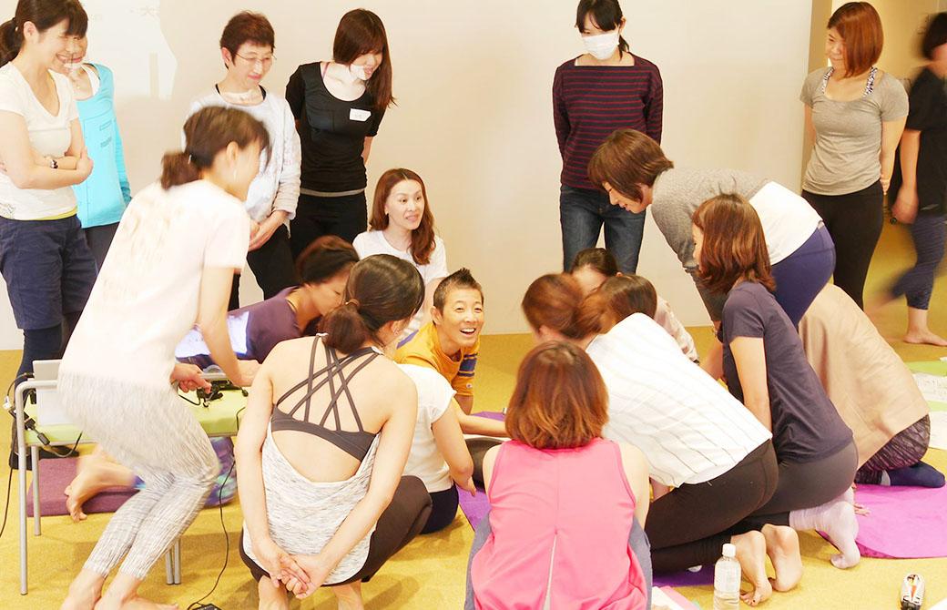 イーク表参道でマタニティ・産後ヨガ指導者養成講座で生徒さんに囲まれる高尾美穂先生