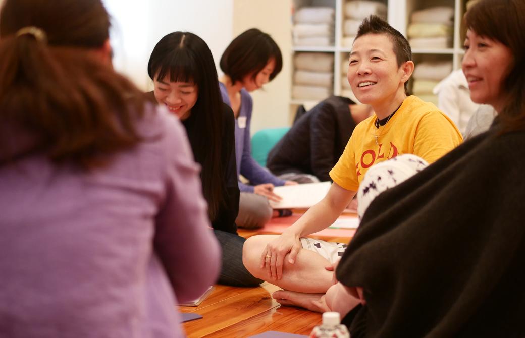 高尾美穂先生の女性のカラダの基礎知識:2.月経周期とそれに伴う症状の講座風景。生徒さんと笑顔でコミュニケーションをとる高尾先生