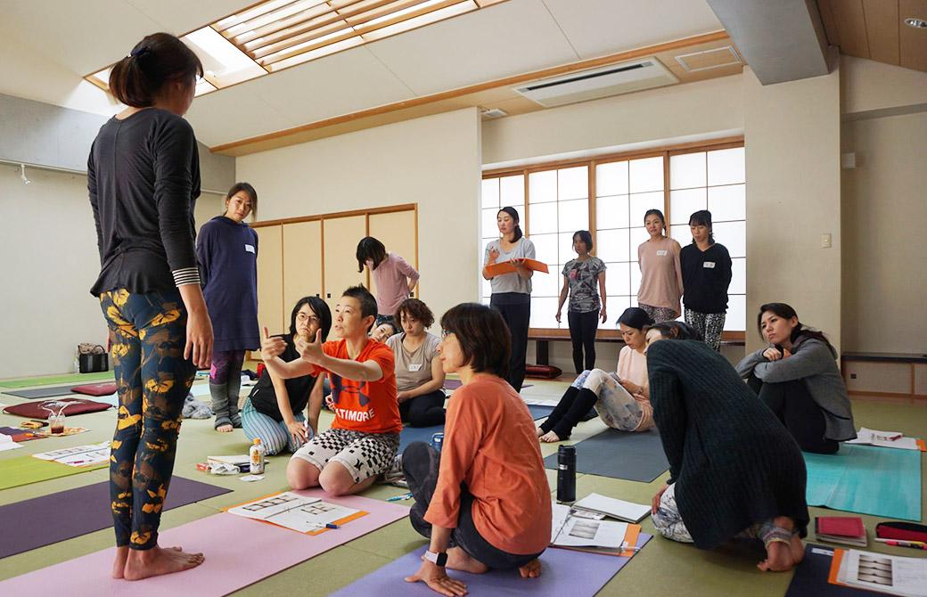 福岡の警固神社でヨガを指導する高尾美穂先生