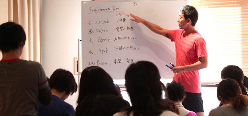 指差すトシ先生