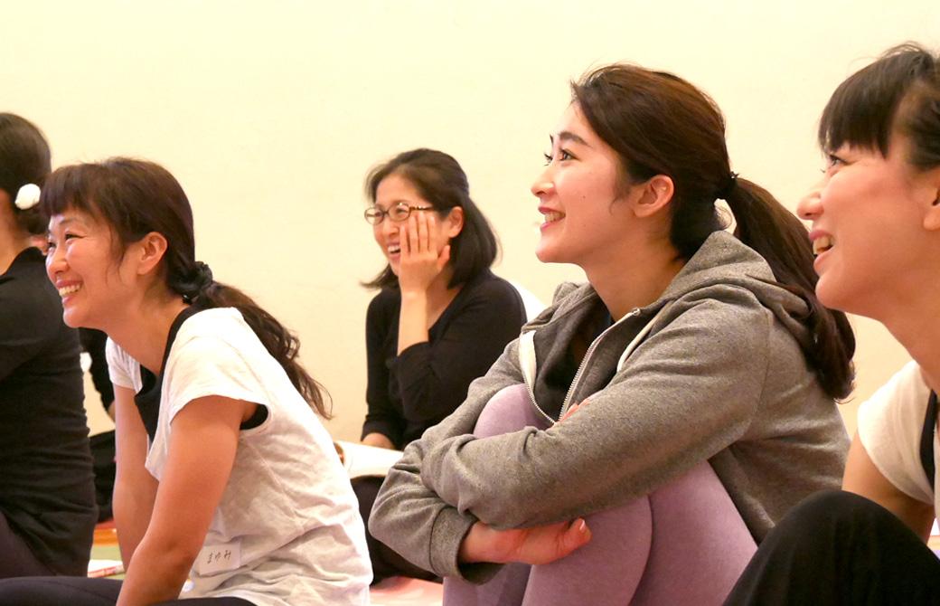 ヨガ解剖学講座基礎編の講座風景。笑顔で楽しそうな生徒の様子