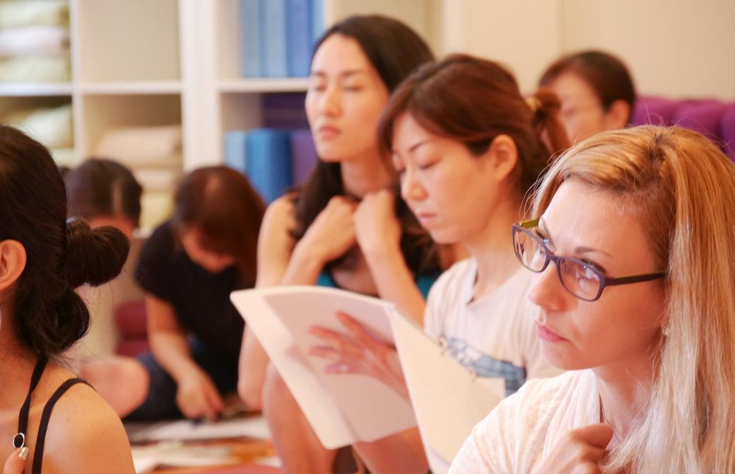 経絡(けいらく)基礎を学ぶ講座(3日間)の講座風景。大勢の生徒が真剣に講座に耳を傾けている様子