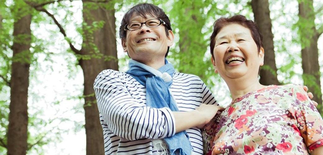 内田かつのり先生と高齢の女性