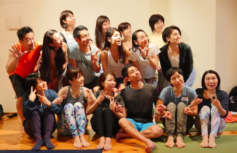 山本先生のクラスの集合写真(みんなで左上を見上げている)