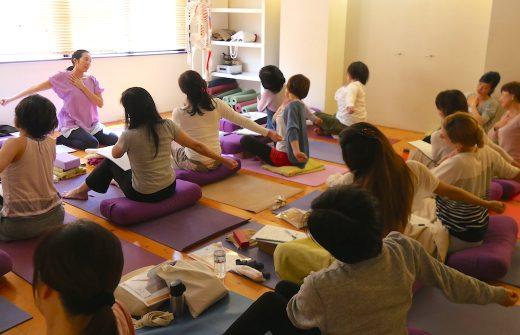 サントーシマ香先生によるムーンサイクルのアサナの時間