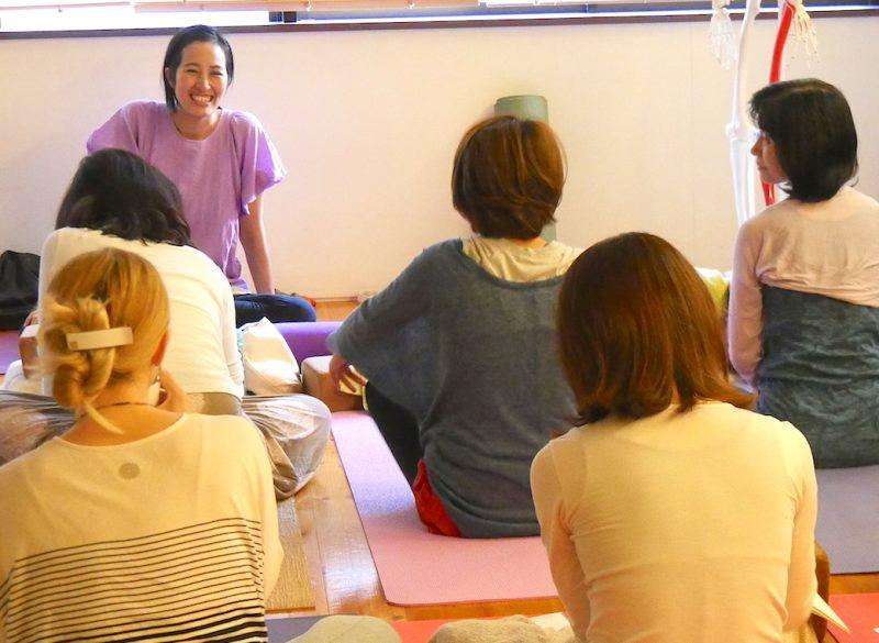 生徒さんとの会話中に笑顔で対応するサントーシマ香先生