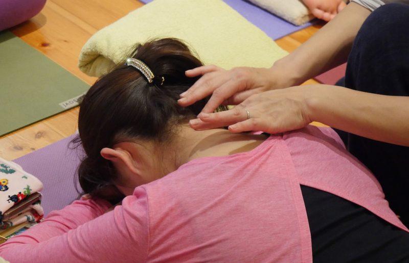 頚椎の骨の位置を確かめる生徒さんの手