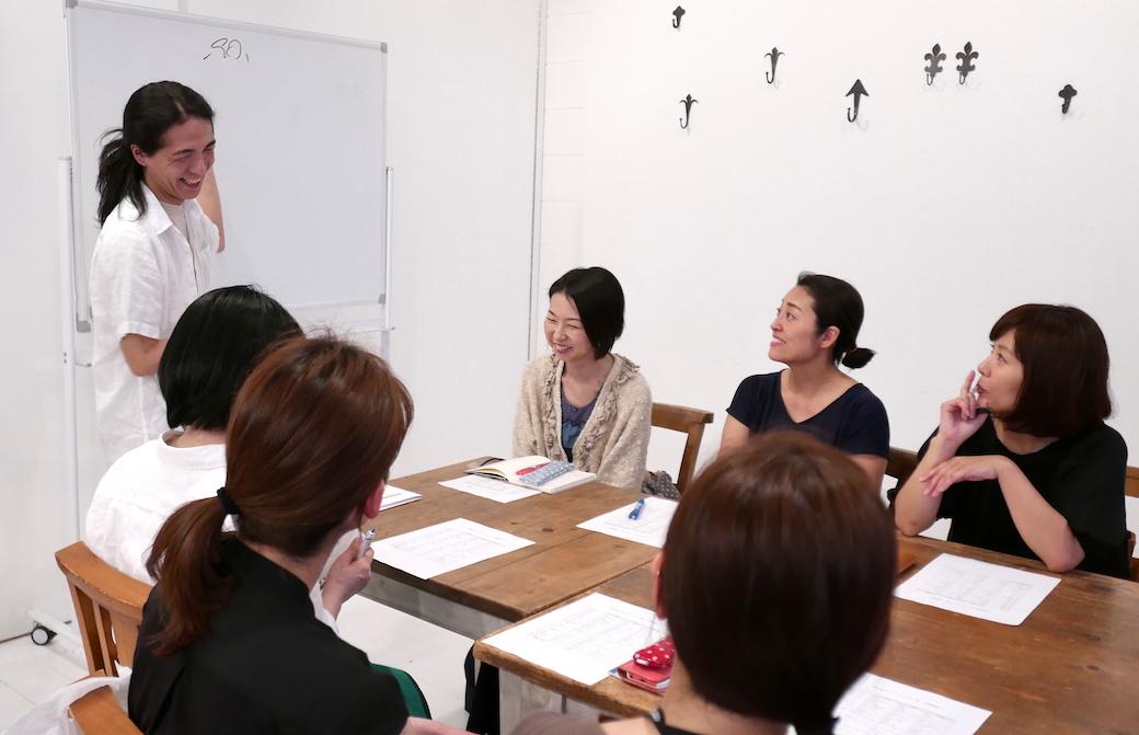笑顔の和也先生と生徒さんの講座風景