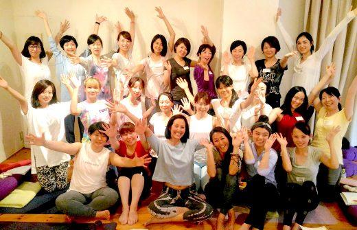 サントーシマ香先生とムーンサイクル指導者養成講座受講生のみなさんの集合写真