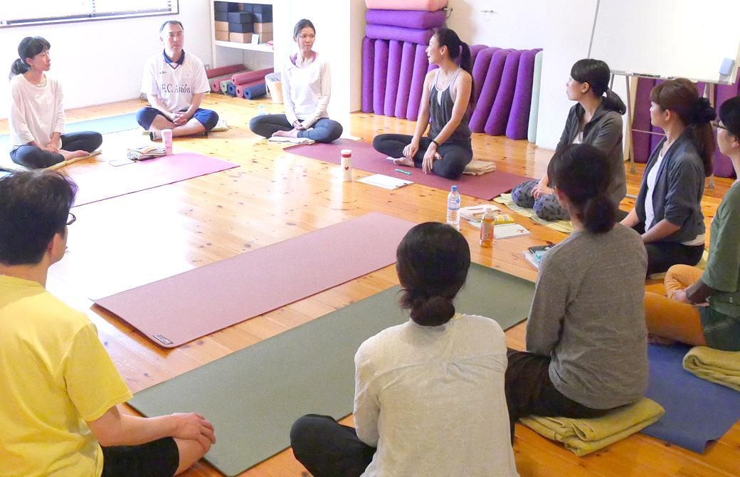 ヨガ講師(磯部佳世子)を含めた20名で大きな円になって座り会話している様子