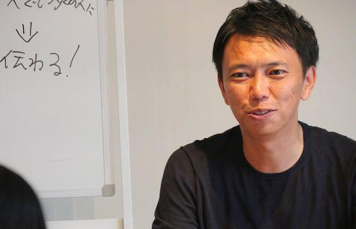 ホワイトボードの前で語るMIKIZO先生