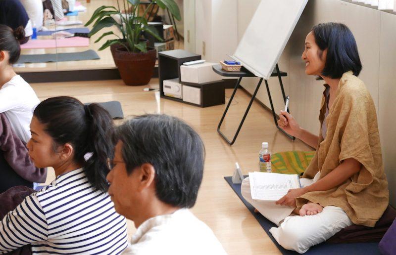 自己紹介をしている生徒さんの話を笑顔で聞いているサントーシマ香先生
