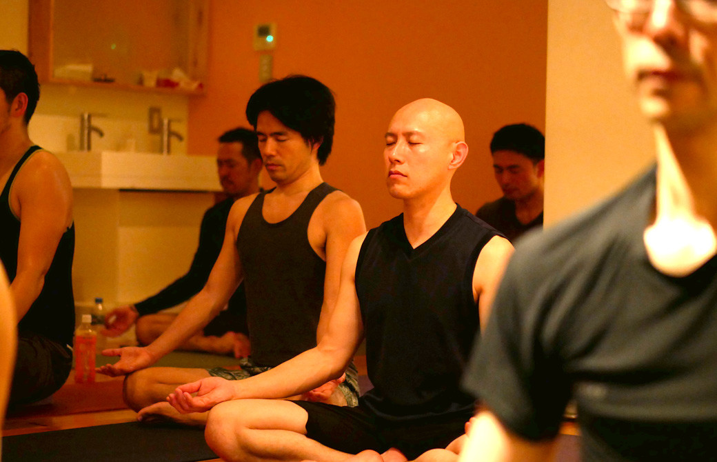 男性が座禅を組んで瞑想している様子