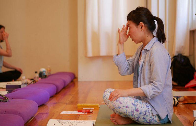 片岡まり子先生のキッズヨガワークショップ風景。瞑想をする片岡先生