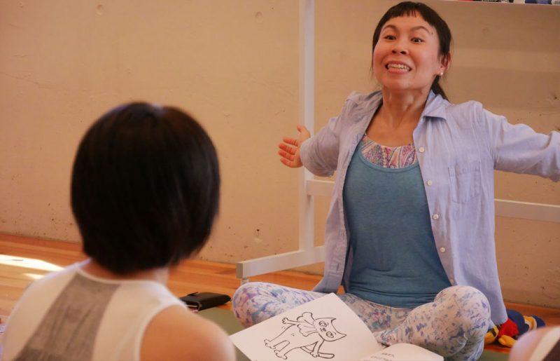 片岡まり子先生のキッズヨガワークショップ風景。大きく息を吸う片岡先生