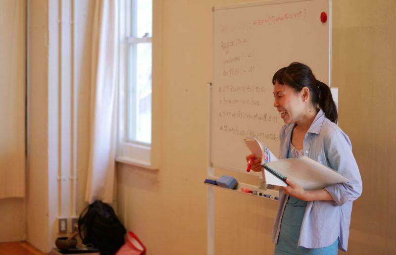 片岡まり子先生のキッズヨガワークショップ風景。絵本とホワイトボードで説明する片岡先生