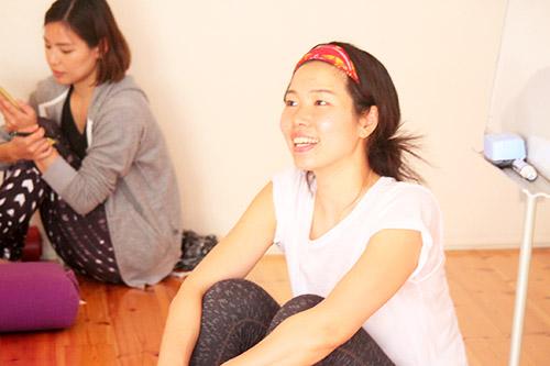 笑顔で座っている佐久間涼子先生