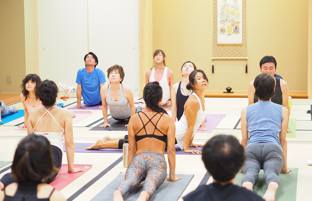 ヨーコ・フジワラのアシュタンガヨガ体験クラスのクラス風景