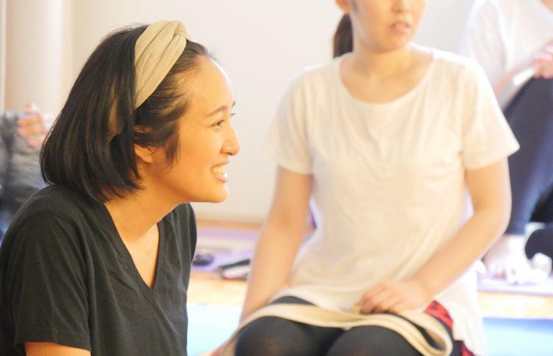 生徒さんを微笑むように見つめるサントーシマ香先生