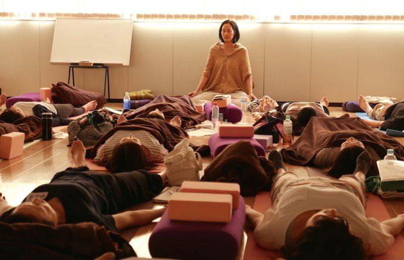 サントーシマ香先生によるヨガニードラのクラス風景