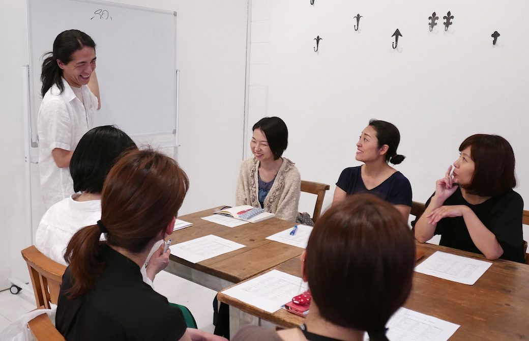 和也先生が笑顔で講義している
