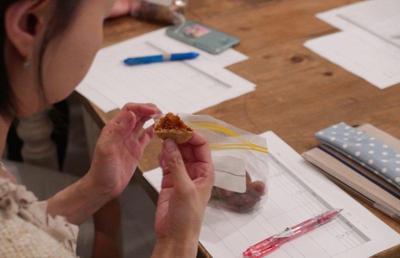 いちちじくを食べている生徒さんの手元