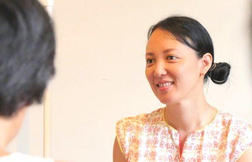 生徒さんのお話を微笑みながら聞いている福田真理先生