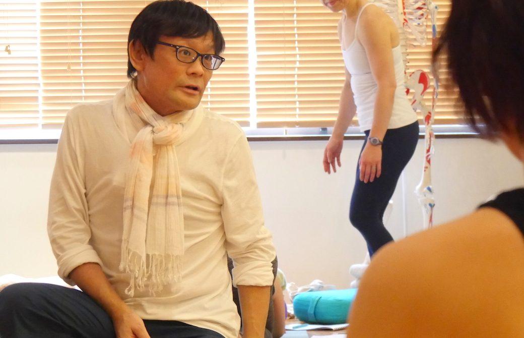 内田勝康先生が生徒さんへ向かって話している