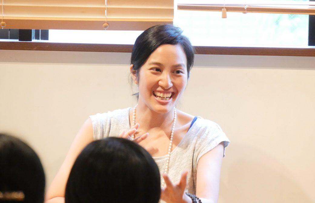 笑顔でお話をされているサントーシマ香先生