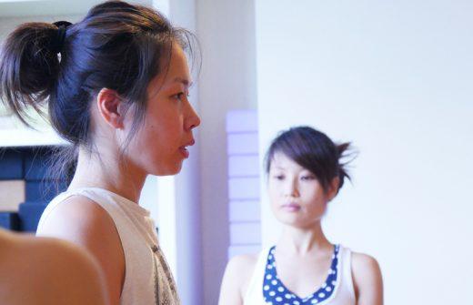 まっすぐ前を見つめている佐久間涼子先生の横顔アップ写真