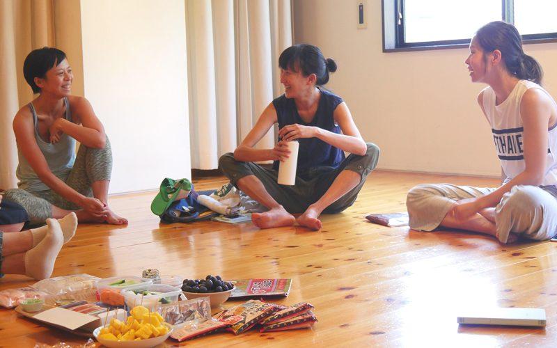 笑顔で話している佐久間涼子先生と生徒さん