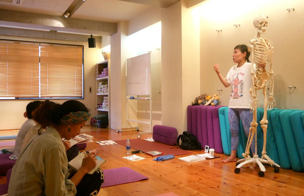 キッズヨガ指導者養成講座第一期の様子。骨模型を使い説明する片岡まり子先生