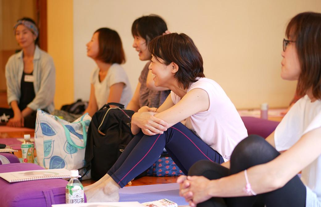 キッズヨガ指導者養成講座第一期の様子。片岡まり子先生の話に笑顔で聞き入る生徒さん