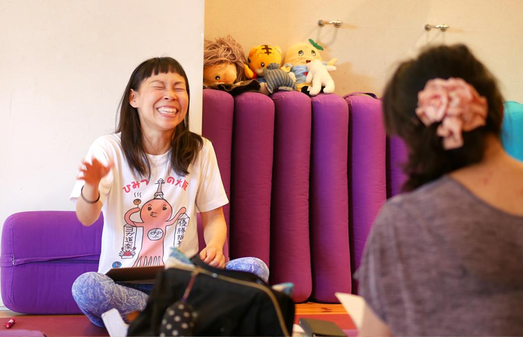 キッズヨガ指導者養成講座第一期の様子。片岡まり子先生の満面な笑顔