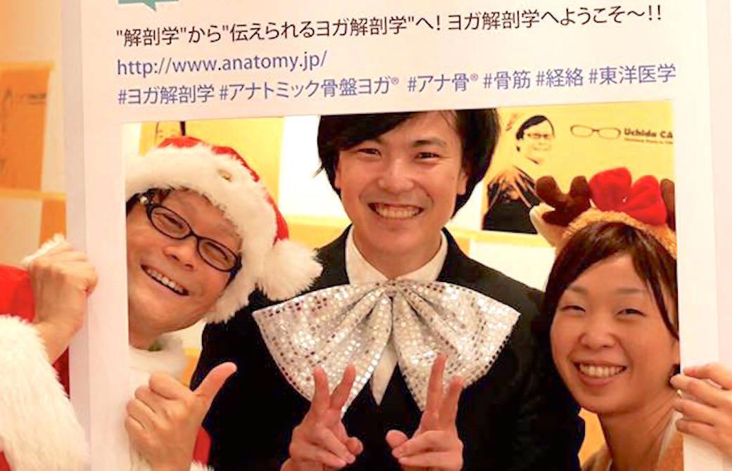 クリスマスのコスチュームを着た内田先生、ぐっち、のりこ先生が笑顔でピースサインしている